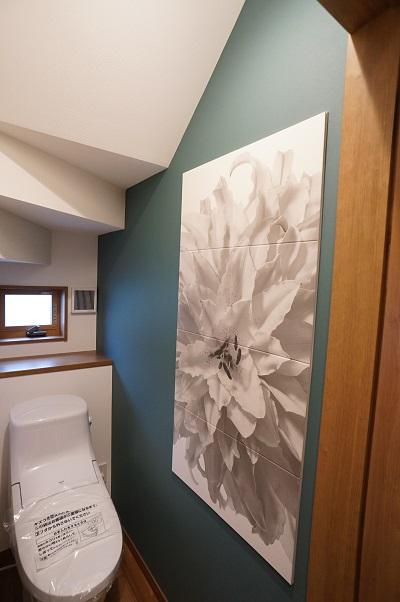 1階のトイレにはアート調のデザインパネルです。グリーンの壁紙とよく合います。
