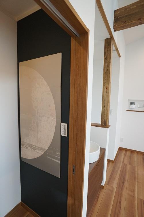 2階は月をモチーフにしたパネルです。黒い壁紙が夜空を連想させますね。